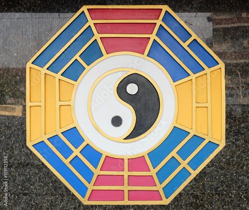 Plakat Yin Yang znak na ścianie Chińska świątynia w Thailand.