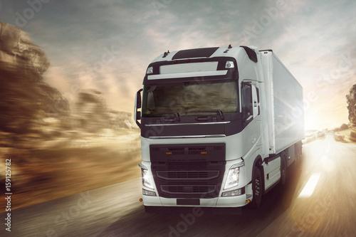 Plakat Ciężarówka jedzie na wiejskiej drodze