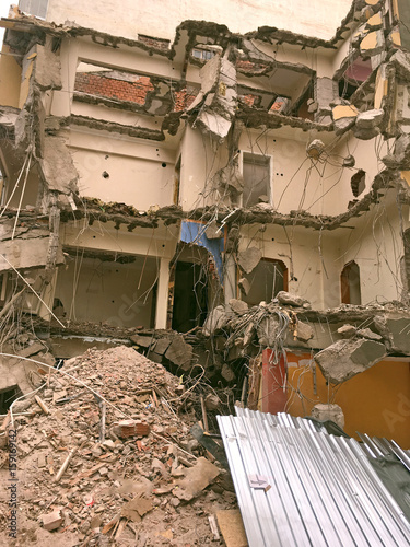 Plakat zbliżenie budowy rozbiórki po trzęsieniu ziemi