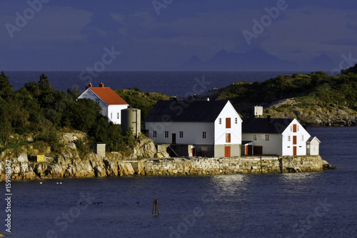 Fotografia, Obraz  Dusk and houses at  the shoreline of  Henningsfaer village, Norway