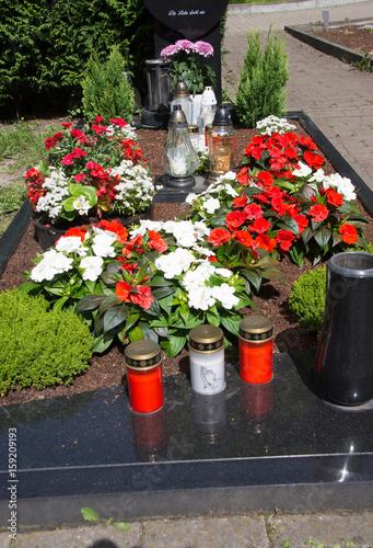 Keuken foto achterwand Begraafplaats Grabstelle mit Blumen und Grablampen