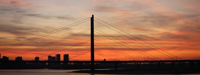 Fototapeta na wymiar Brücke in der Abenddämmerung