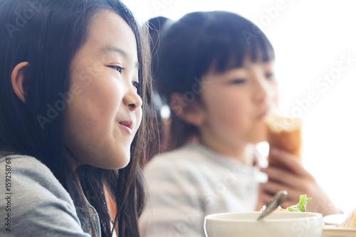 Photo  給食を食べる小学生