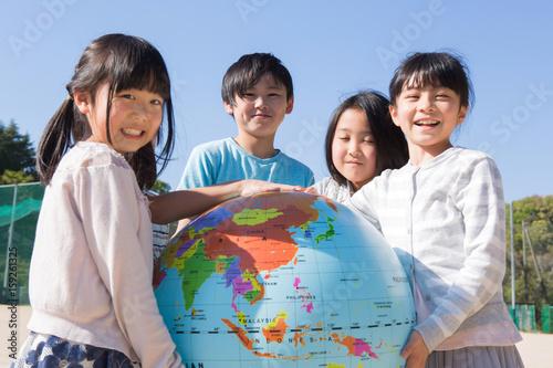 Fotografía  地球儀を持つ小学生