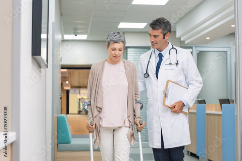 Fotografía  Doctor and patient with crutches