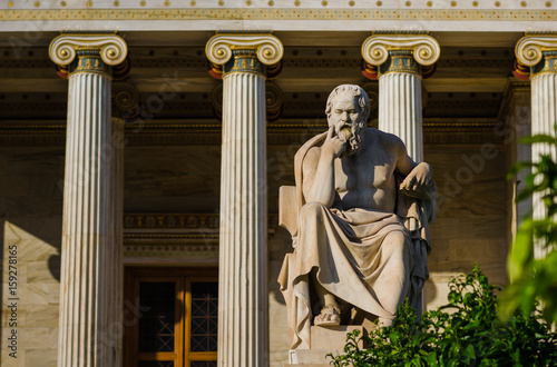 Obraz Marble statue of the Greek philosopher Socrates on the background of classical columns - fototapety do salonu
