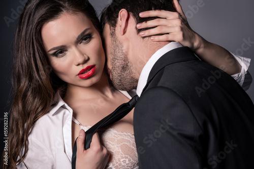 Plakat młoda para namiętna całowanie i przytulanie w scenie erotycznej