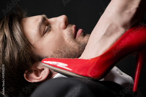 Plakat bliska dziewczyna wkraczającego na młody przystojny mężczyzna z czerwonym sztylet