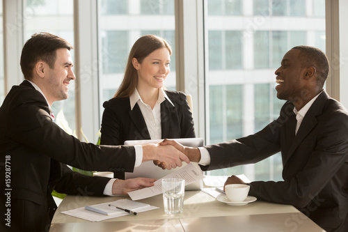 Pinturas sobre lienzo  Happy smiling black and white businessmen handshaking after signing contract at