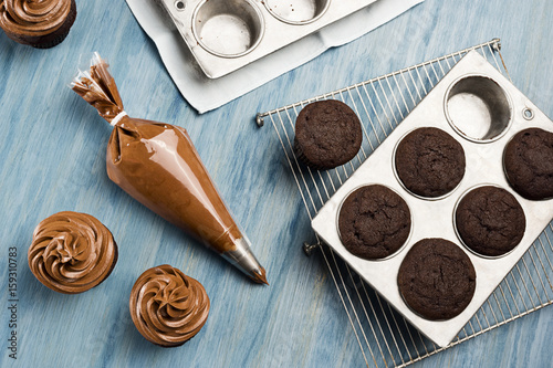 Photo  Decorating Chocolate Cupcakes with Chocolate Buttercream Frosting in Pastry Bag
