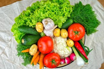 vegetables, vegetable arrangement, a bowl with vegetables.