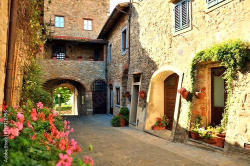 affascinante borgo toscano di origini medievali di San Donato in Poggio in provincia di Firenze, Italia © Simona Bottone