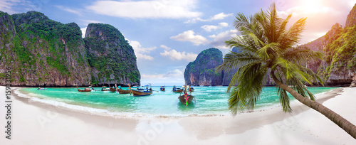 Photo Panorama of Long boat and blue water at Maya bay in Phi Phi Island, Krabi Thailand