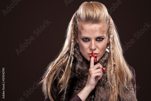 Photo  Portrait of viking woman in a traditional warrior clothes.