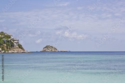 Spoed Foto op Canvas Eiland Meer mit Häusern in der Klippe mit Insel