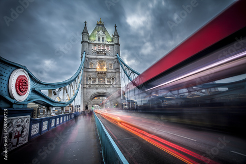 pochmurny-dzien-nad-tower-bridge-smugi-pedzacych-pojazdow-po-ulicy