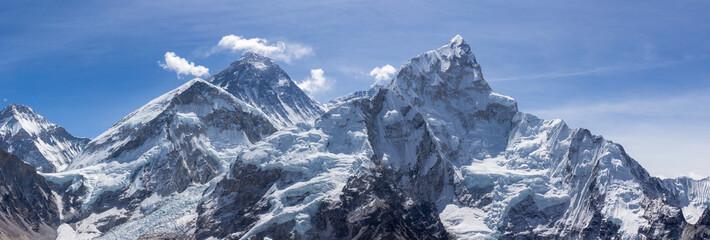 Mt Everest i Nuptse. Niebieskie niebo. Widok panoramiczny. Himalajskie góry, Nepal.