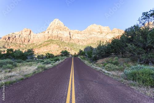 gora-z-niebieskim-niebem-przy-zion-parkiem-narodowym