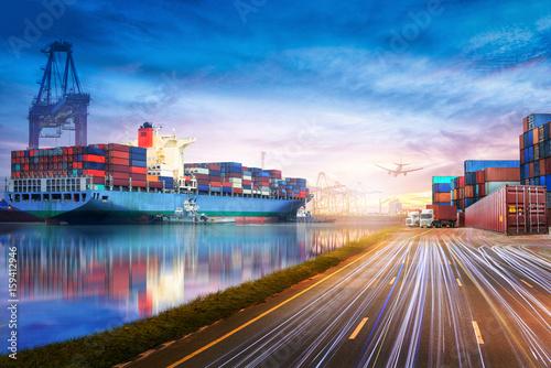 Fotografia Logistics and transportation of International Container Cargo ship and cargo pla