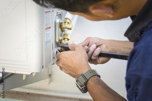 Valokuva Installing air conditioner