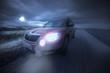 Auto fährt Nachts auf abgelegener Straße