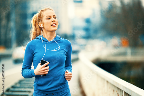 Papiers peints Jogging Woman is training on the beach