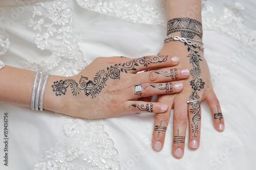 mains de femme mariée tunisienne décorée au henné Poster