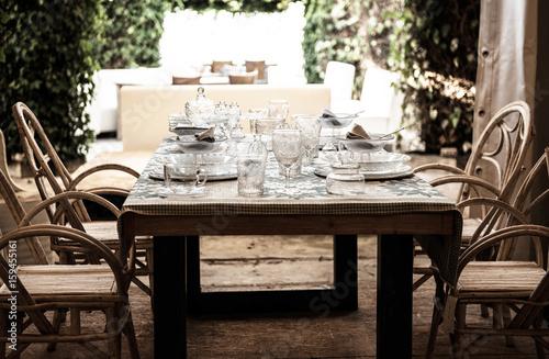 Tischgedektglasgeschirrtellergläserstimmunggästeholzstühle