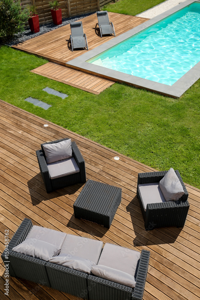 piscine terrasse en bois exotique et mobilier de jardin Foto ...