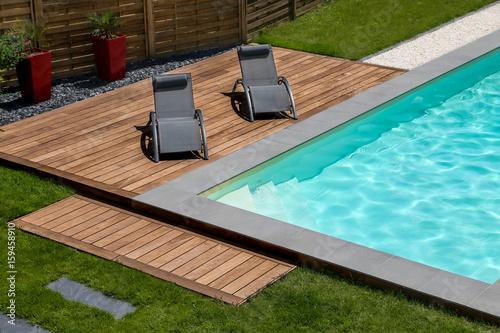 Obraz piscine terrasse en bois exotique et transat - fototapety do salonu