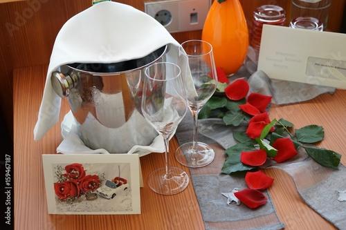 Fotografia  Hochzeitsreise - Flitterwochen: Sekt im Hotelzimmer