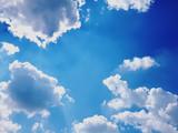 Fototapeta Na sufit - Pierzaste chmury na tle niebieskiego nieba