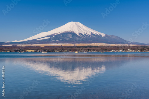 Photo Stands Reflection Lake Yamanaka in sunny day with Mt. Fuji, Yamanashi, Japan