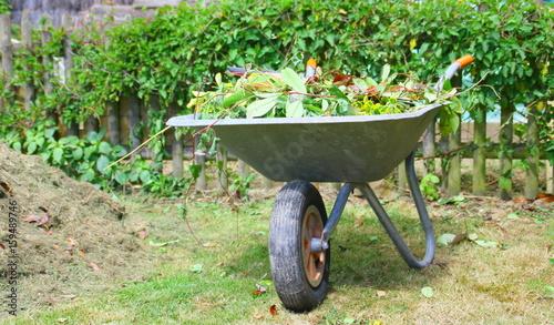 brouette de déchets verts,outil dans le jardin,entretien
