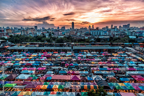 Photo Rod Fai Night Market in Bangkok,Thailand with Colorful Tent and Landscape View i