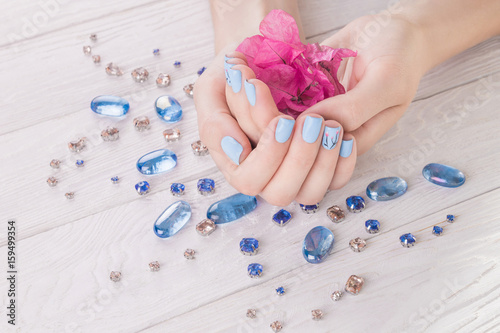 Canvas Print Woman with blue manicure holds flowers