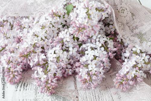 delikatne-kwiaty-bzu-w-aranzacji-slubnej