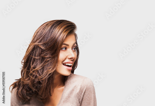Foto  Studio portrait of a beautiful young woman with brown hair