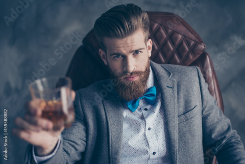 Photo Cheers, ladies and gentlemen! Stylish elegant red bearded aristocrat in suit and
