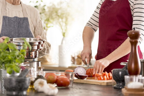 Poster Cuisine Woman cutting tomatoes