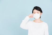 花粉症の若い女性