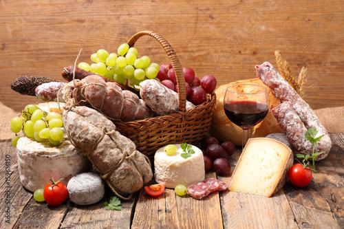 mieso-ser-i-wino-na-drewnianym-stole-w-kuchni