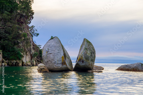 Fényképezés  Beautiful split Apple Rock in Abel Tasman National Park, located in South Island