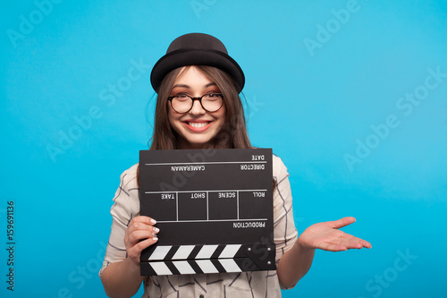 Fotomural Woman posing with clapboard