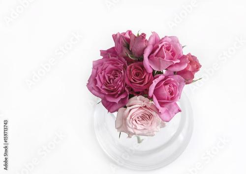 malutki-bukiecik-rozowych-i-fioletowych-kwiatow-na-bialym-tle-perspektywa-z-gory