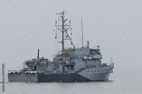 Plakat MINEHUNTER - Niemiecki okręt wojenny płynie w morze