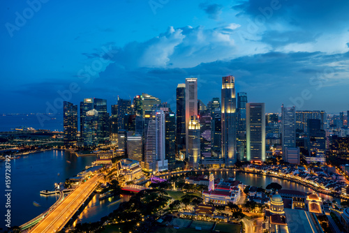 Photo  Singapore business district skyline in night at Marina Bay, Singapore