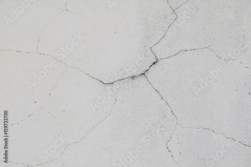 stary-bialy-beton-pekniecia-sciany-i-miejsca-na-kopie-tekstu