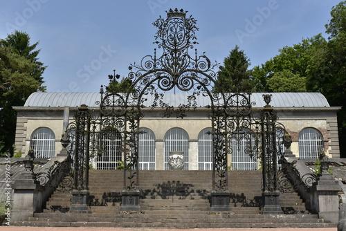 Grille monumentale et son ombre sur l\'escalier d\'honneur accédant ...