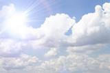 błękitne niebo z chmurą zbliżenie - 159776107